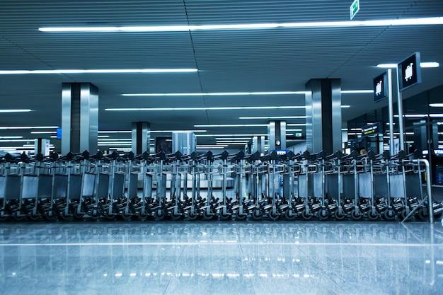 Filas de cestas de equipaje en la terminal del aeropuerto.