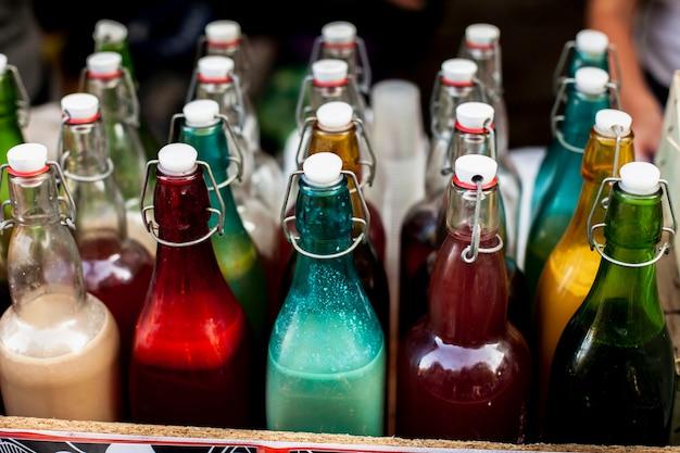 Filas y columnas de botellas de colores.