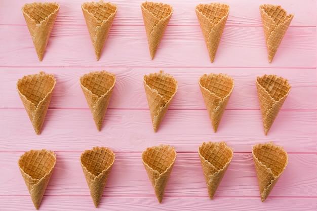 Filas de conos de helado de gofres vacíos