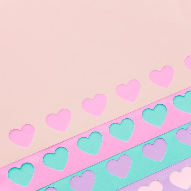 Filas de corazones de papel de colores