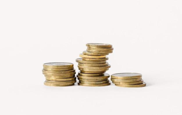 Filas de monedas aisladas sobre fondo blanco. concepto de banca y finanzas.