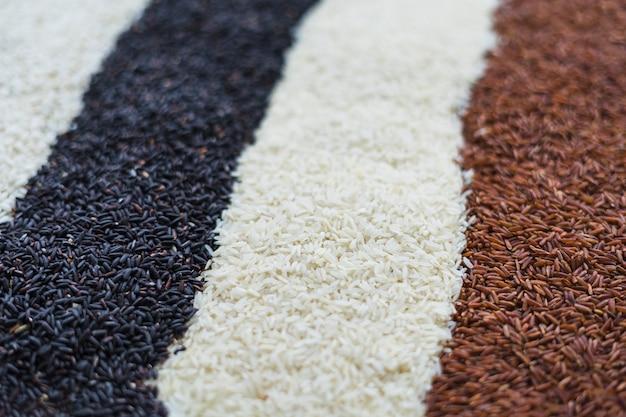 Filas de negro; fondo de arroz blanco y rojo.