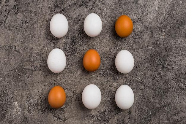 Filas de nueve huevos de gallina en mesa