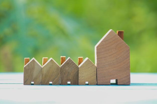 Filas de la pequeña casa de madera sobre fondo verde natural