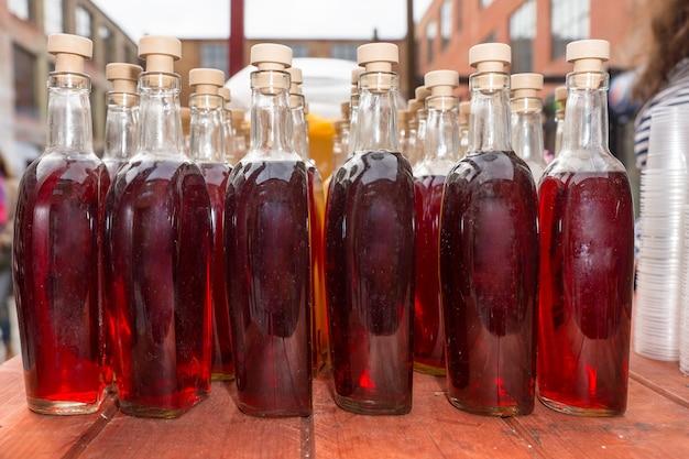 Filas de refrescos gourmet en botellas con corcho