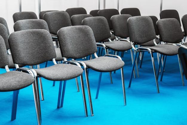 Filas de sillas para la conferencia.