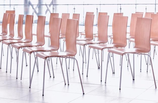 Filas de sillas - muro de reuniones