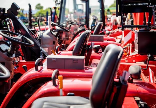Filas de tractores modernos. detalles industriales. agrícola