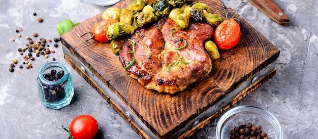 Filete de carne con coles de bruselas