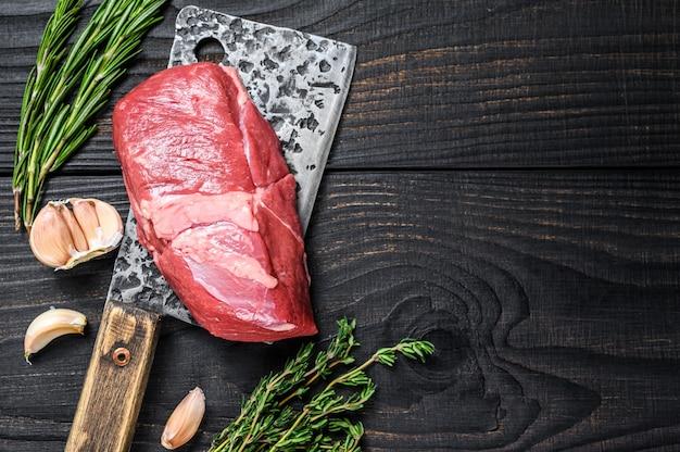 Filete de carne de cordero cruda en una cuchilla