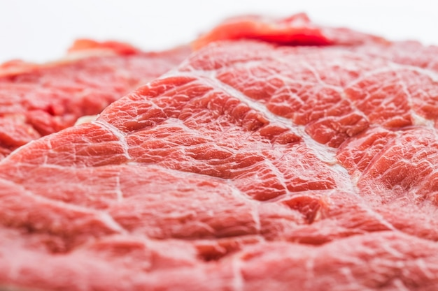 Filete de carne cruda fresca aislado sobre fondo blanco, vista superior
