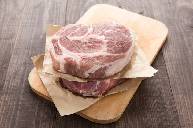 Filete de carne fresca cruda sobre fondo de madera