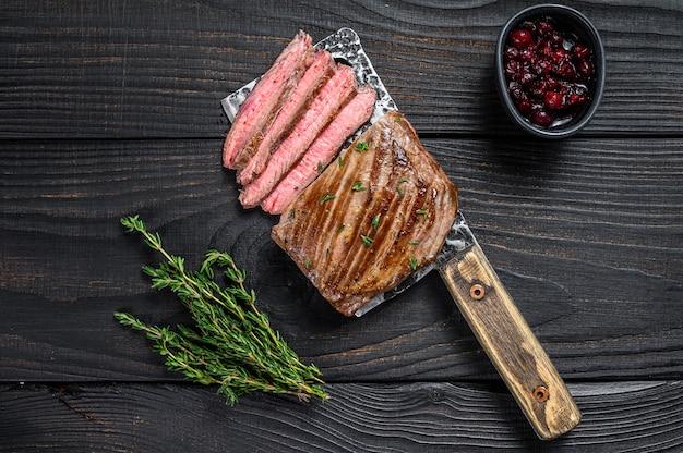 Filete de carne de res de falda en rodajas en una cuchilla