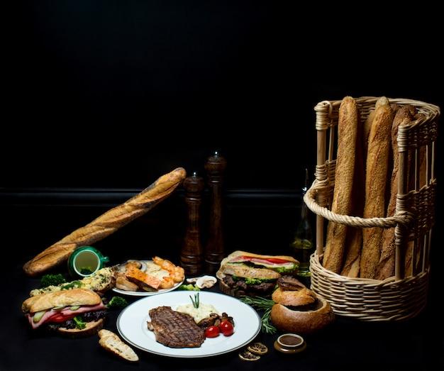 Filete de carne con sándwiches de pan