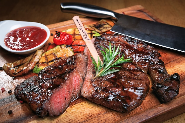 Filete de carne en una tabla de madera