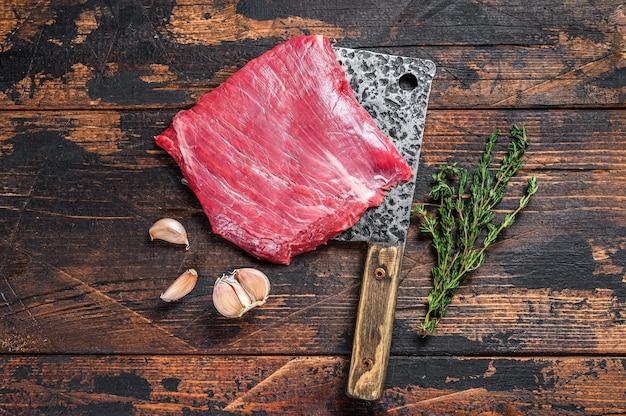 Filete de carne de ternera cruda de flanco veteado en una cuchilla