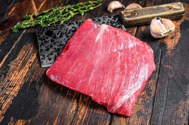 Filete de carne de vacuno de falda cruda veteada en una cuchilla