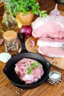Filete de cerdo crudo en una sartén sobre una mesa de cocina