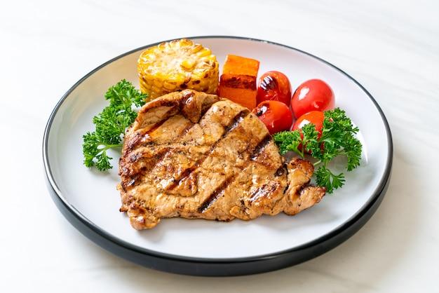 Filete de cerdo a la parrilla y asado con verduras