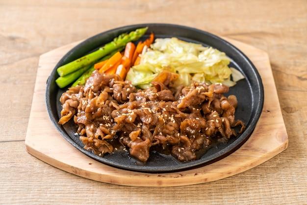 Filete de cerdo en rodajas en un plato caliente