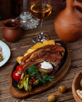 Filete de cordero con papas fritas, pimientos asados, tomate y eneldo fresco