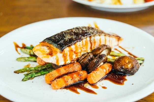 Filete de filete de carne de salmón a la plancha con verdura