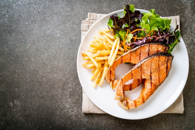 Filete de filete de salmón a la parrilla con papas fritas