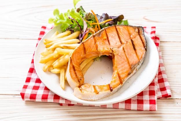 Filete de filete de salmón a la parrilla con vegetales