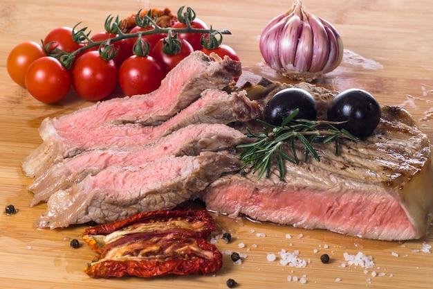 Filete de fiorentina a la plancha con especias y verduras.