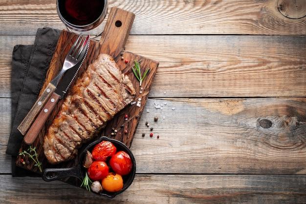 Filete de lomo, a la plancha con pimiento y ajo.