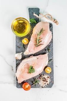 Filete de pechuga de pollo cruda con especias y aceite de oliva
