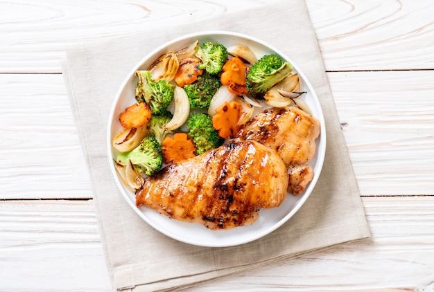 Filete de pechuga de pollo a la parrilla con vegetales