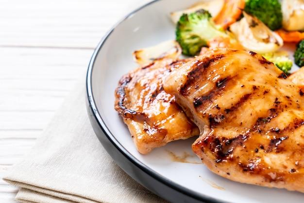 Filete de pechuga de pollo con verduras