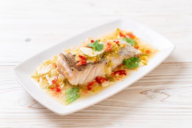 Filete de pescado al mero al vapor con salsa de chile y lima en aderezo de lima