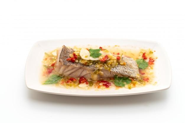 Filete de pescado al mero al vapor con salsa de chile y lima en aderezo