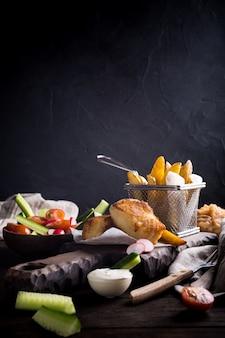 Filete de pescado frito con patatas al horno