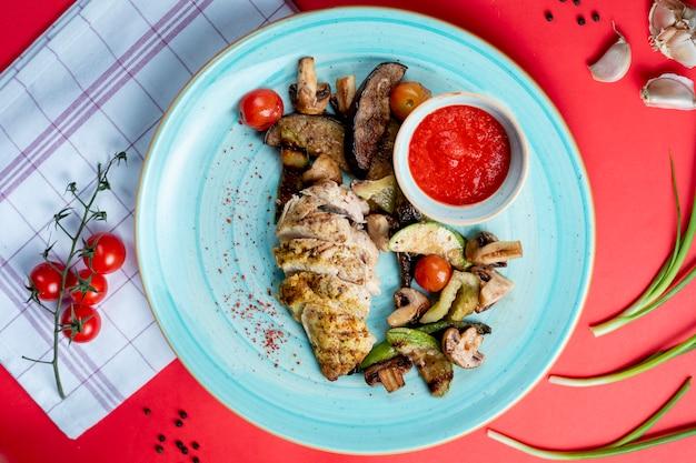 Filete de pescado frito con verduras y champiñones