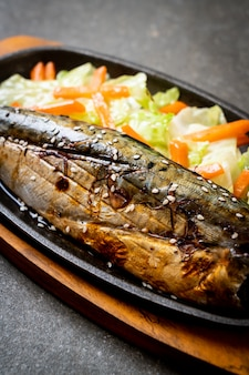 Filete de pescado saba a la parrilla con salsa teriyaki