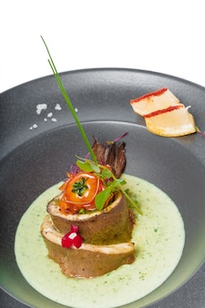 Filete de pescado con salsa al horno y decorado