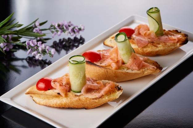 Filete de pescado sobre pan