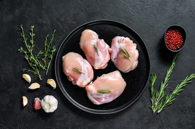 Filete de pierna de pollo crudo sin piel. granja de carne de aves de corral. vista superior