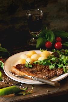 Filete a la plancha con patatas