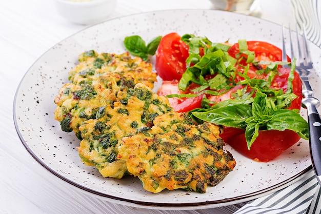 Filete de pollo al horno filete de pollo picado con ensalada de espinacas y tomates
