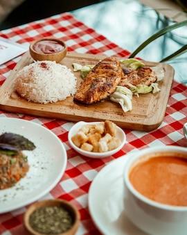Filete de pollo con arroz y salsa de tomate