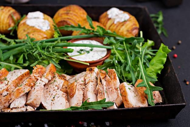 Filete de pollo cocinado a la parrilla con guarnición de papas al horno. comida dietética comida sana.