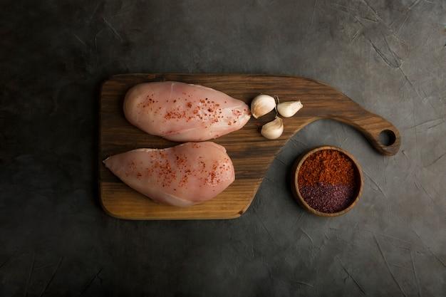 Filete de pollo crudo con ajo y salsa de tomate