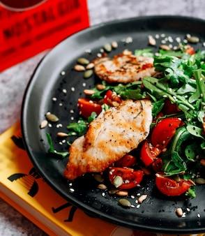 Filete de pollo frito con tomate y hierbas.