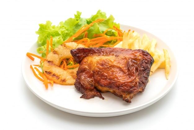 Filete de pollo a la parrilla con vegetales y papas fritas