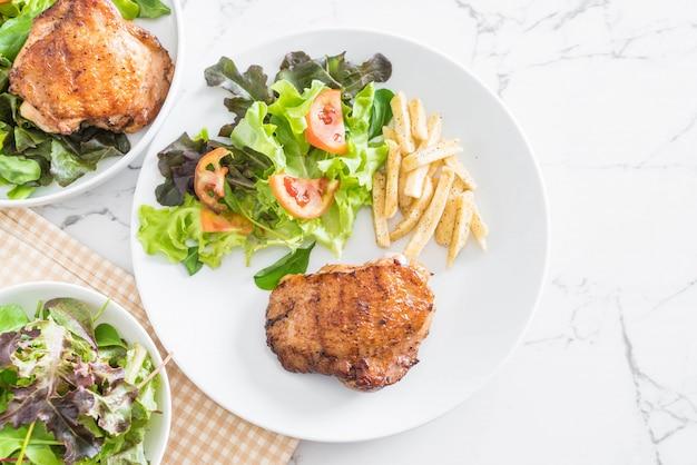 Filete de pollo a la plancha con papas fritas y ensalada de verduras
