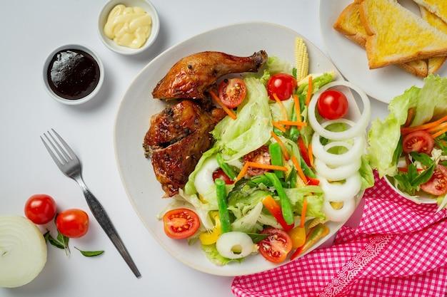 Filete de pollo a la plancha y verduras sobre fondo de mármol